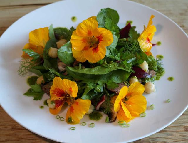 Salade vegan epinards champignons et pesto de capucine