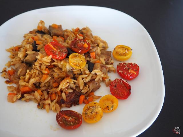 Orzo cocido al horno, con hortalizas, parmesano y mozzarella, y aromatizado con hierbas y limón. Completo plato vegetariano inspirado en la cocina de Yotam Ottolenghi.