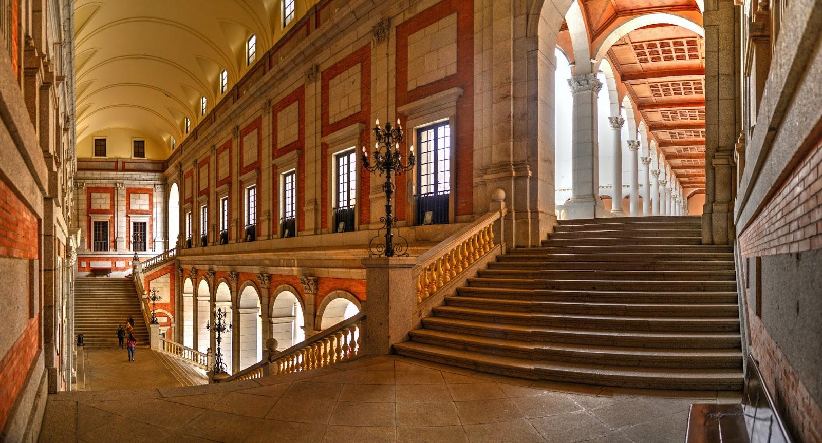Foto de toledo retazos de color escalera del patio del for Escaleras toledo