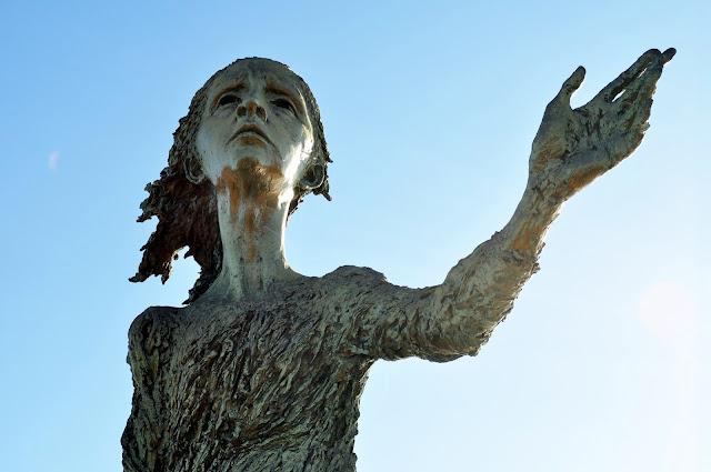 foto de la estatua de la madre del emigrante en Gijón conocida popularmente como la loca (lloca)