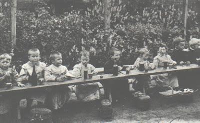 Premières écoles maternelles, le repas : la boisson ? Du vin avec de l'eau ! (collection musée)