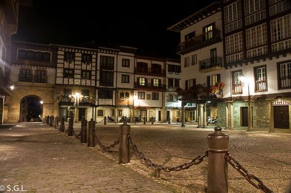 Plaza de Hondarribia por la noche. Cenar y dormir en Hondarribia.
