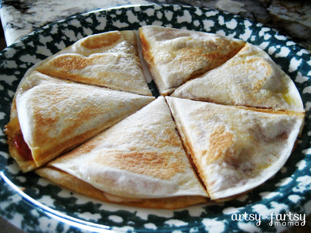 Easy Pizzadillas at artsyfartsymama.com #recipe #pizza