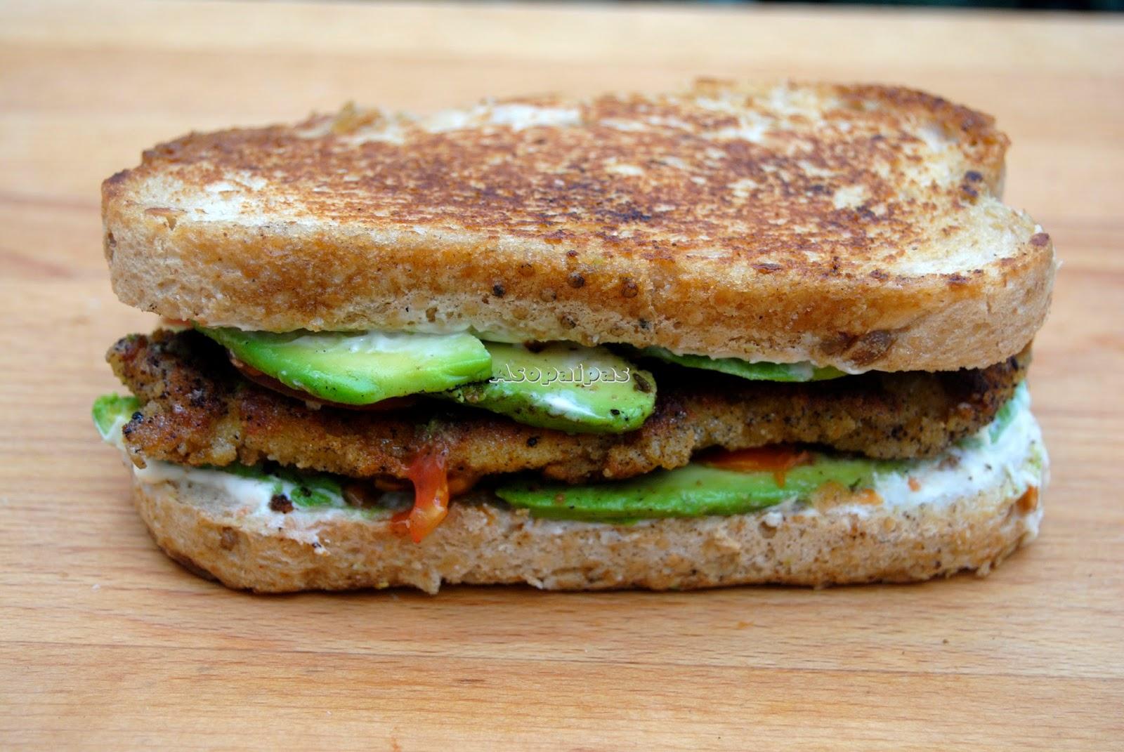 Sándwich de Pollo Empanado con Aguacate