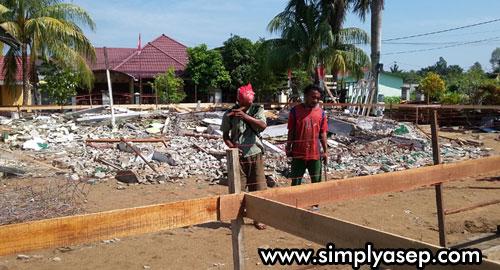BANGUN MASJID : Sejak Senin (27/8/2018) Masjid Babussalam Duta Bandara Kubu Raya sudah rata dengan tanah. Proses pembangunan kembali Masjid Babussalam Duta Bandara Kubu Raya pun sudah dimulai. Photo Asep Haryono