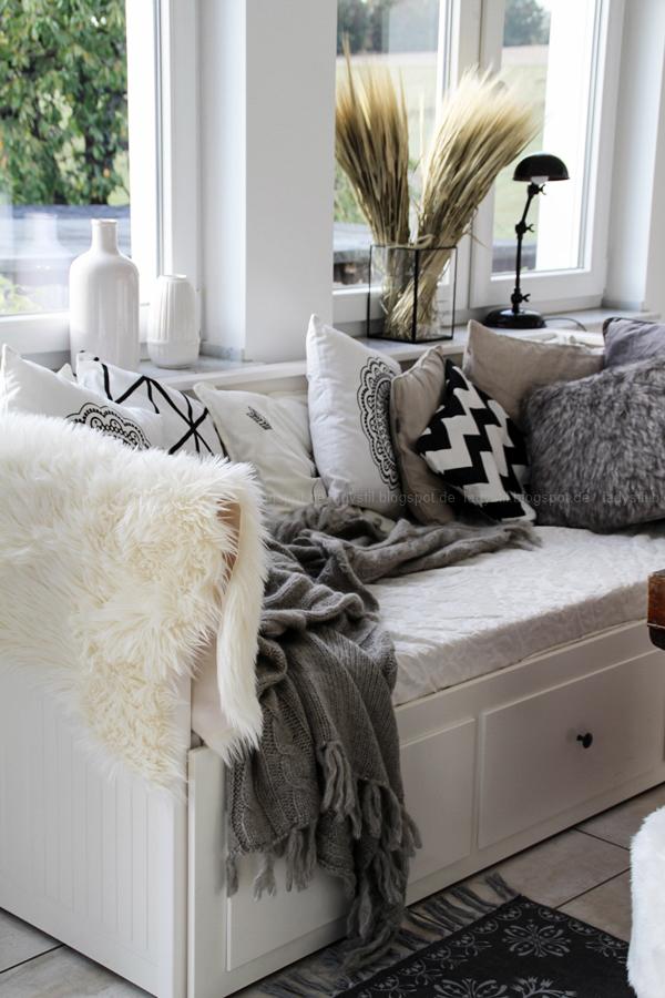 Interiorpost, Schwarz Weiß Holz Einrichtung in Küche, Esszimmer und Wohnzimmer, Herbstdeko, Tagesbett Ikea Hemnes