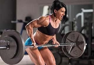 mujer haciendo remo con barra pesado