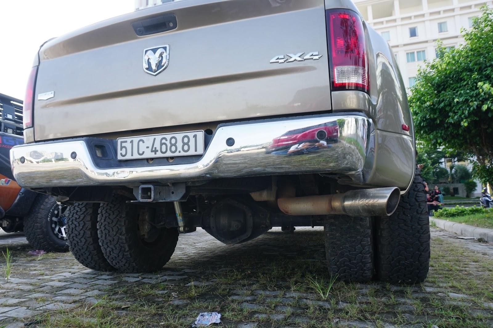 Gầm xe cao, lốp sau mỗi bên hai lốp cỡ lớn với gai góc mạnh mẽ