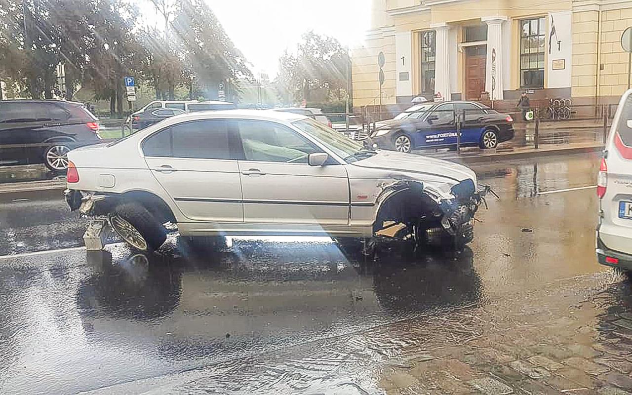 Vieglais auto avarē pie Centrālā tirgus