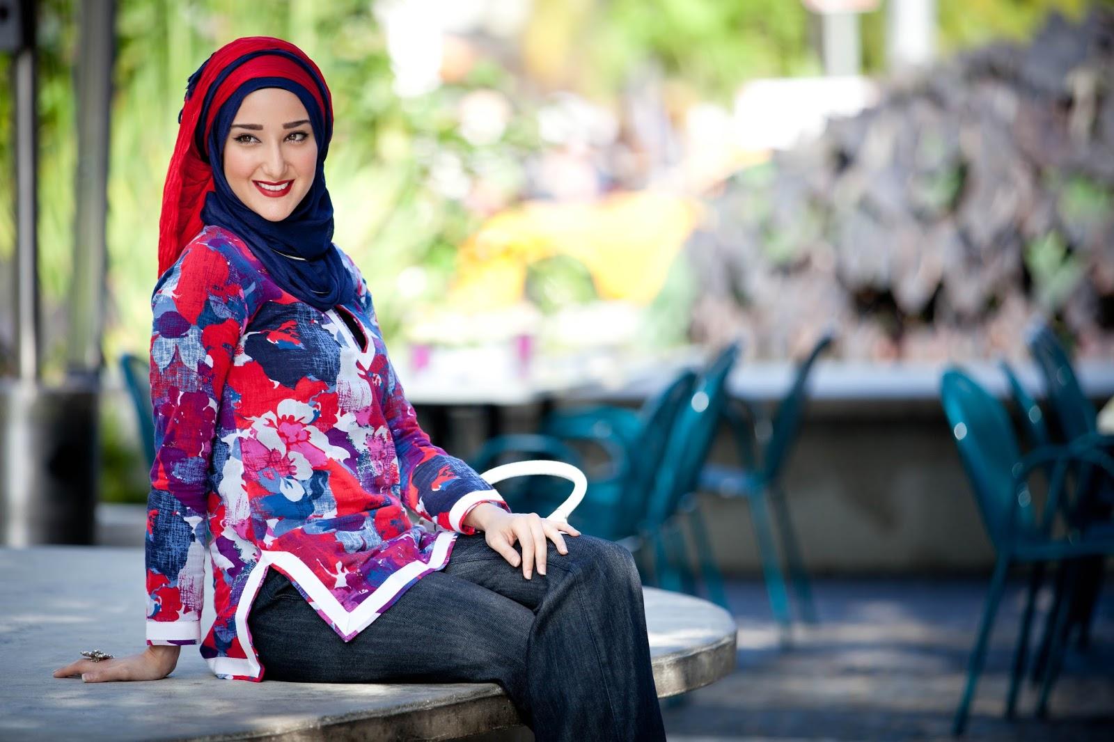 Pose untuk model hijab hamil penuh warna cewek hamil jadi model hijab manis dan seksi terbaru