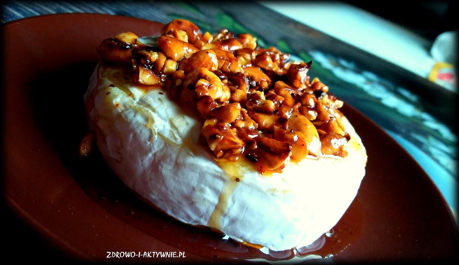 Camembert z orzechami w miodzie