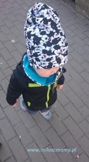 dziecko spaceruje