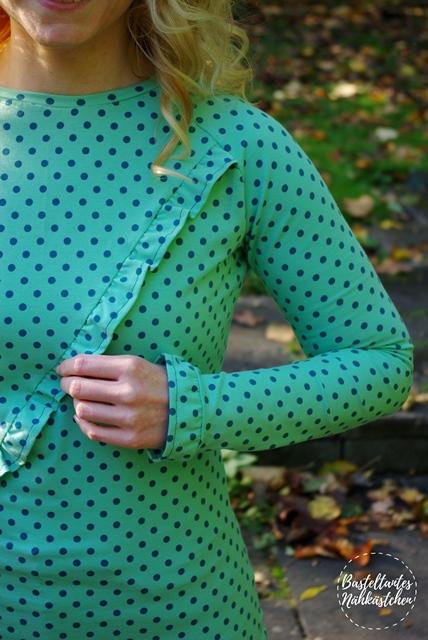 Details -Türkis gepunkteten Raglan Shirt (Longsleeve) mit Rüschen - Rüschli Schnittmuster für Frauen von Textilsucht -Mode für Frauen selber nähen