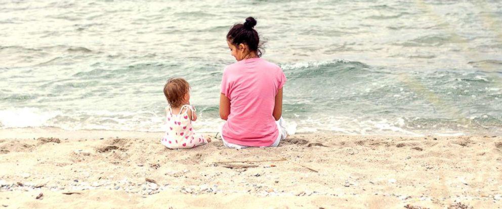 يمكن أن يؤدي التحدث مع طفلك الصغير إلى تقوية المهارات اللغوية لديه بشكل رائع