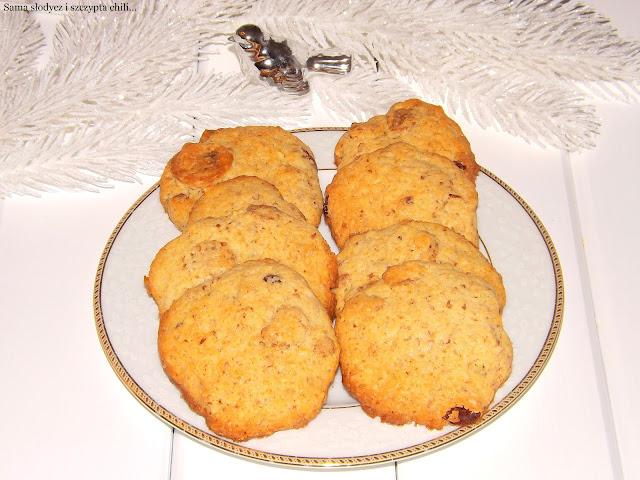 Kruche, maślane ciasteczka z migdałami i rodzynkami.