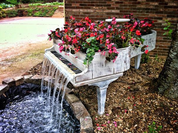 Recycler pour décorer piano en fontaine
