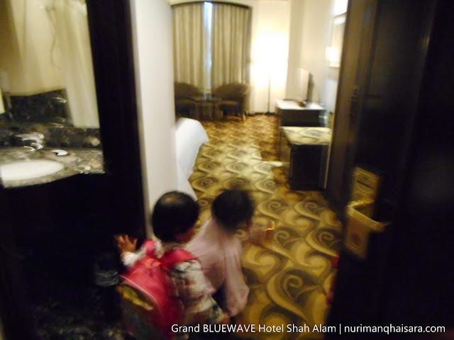 anak seronok bercuti di hotel