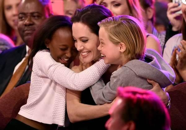 Angelina com os filhos durante premiação do Kids´Choice Awards (Foto: Getty Images)