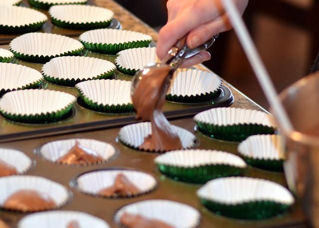 filling cupcake tins