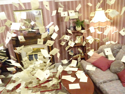 Interior de la casa de Harry Potter, con la escena de la llegada masiva de cartas