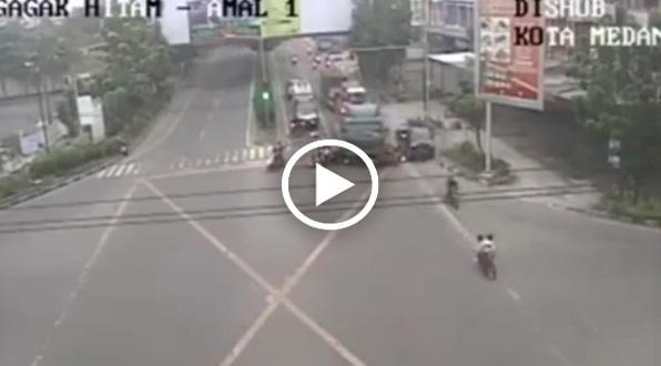 Video Ngeri Detik-Detik Truk Trailer Langgar Motor Di Lampu Merah