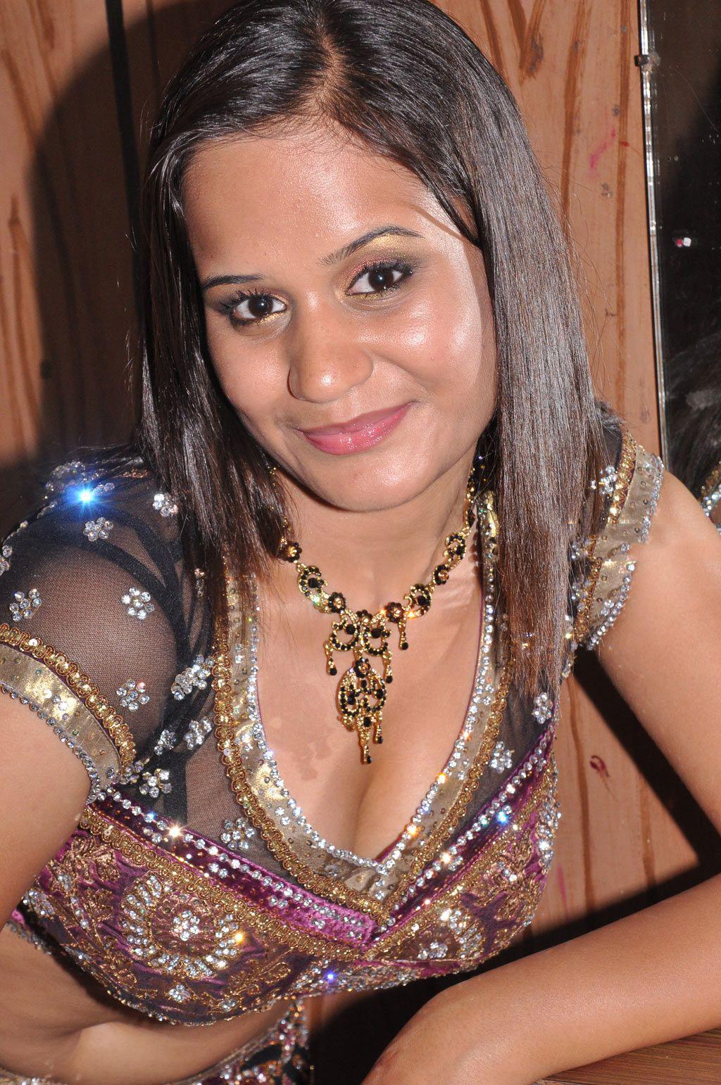 Indian Actress New Actress Ambika Hot In Saree Bra -2550