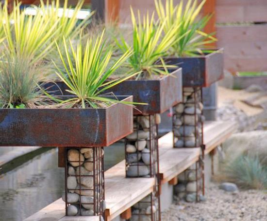 Taman tampil lebih berkarakter dengan pot bronjong batu