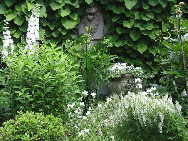 biały ogród, kamienna rzeźba w ogrodzie, białe kwiaty