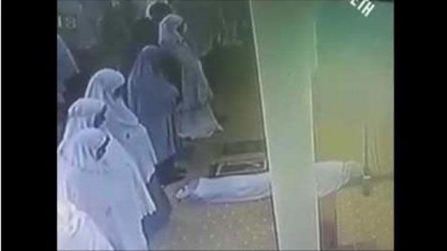 فيديو مؤثر جدا .. وفاة سيدة وهي تصلي في المسجد