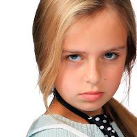 Huysuz ve asık suratlı bir kız çocuğu