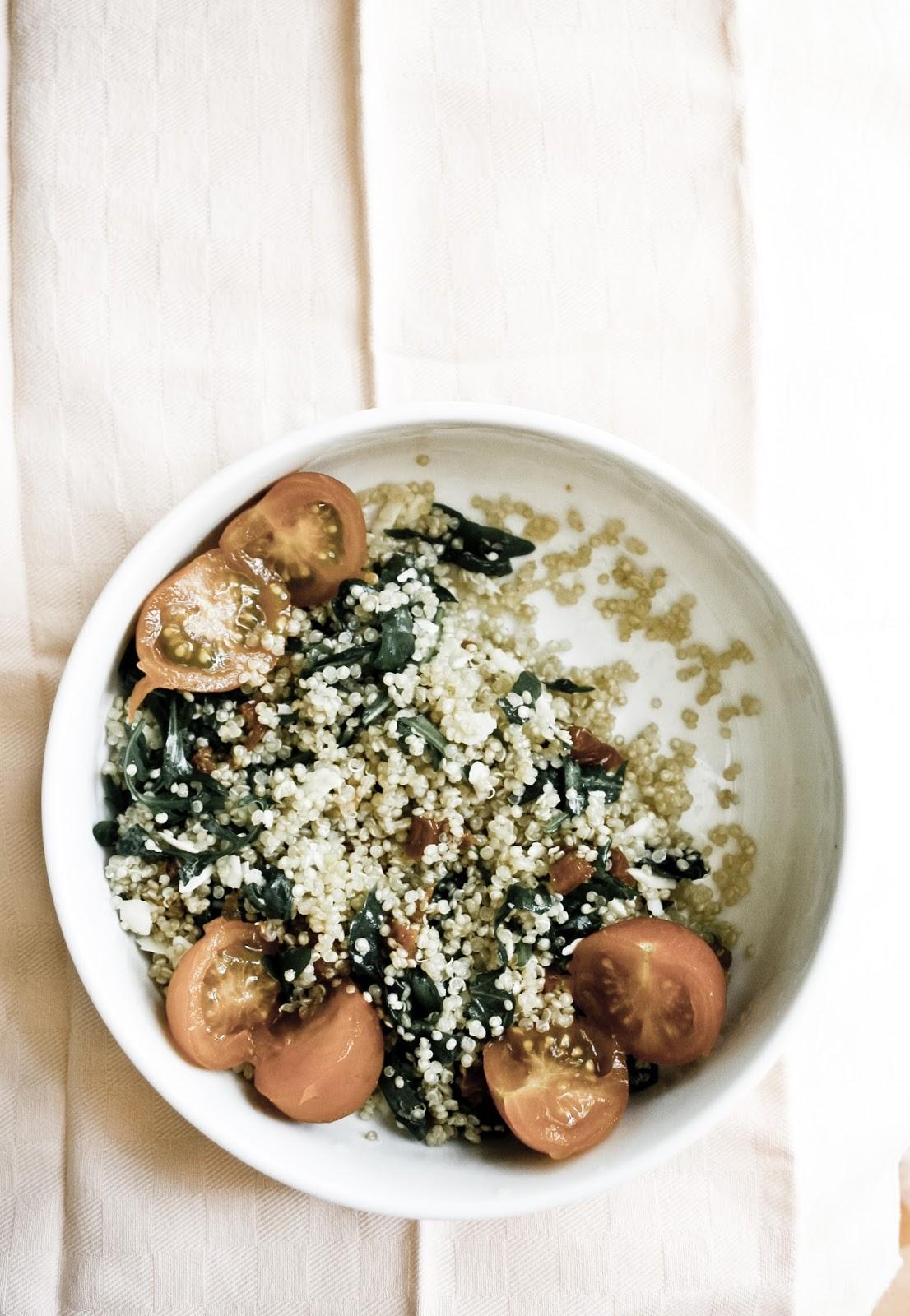 insalata quinoa pomodori rucola e grana