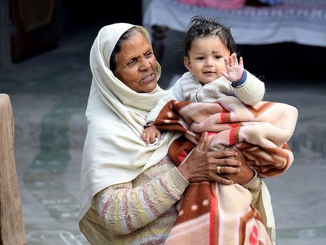 Kakek Nenek Lebih Sayang Cucu Daripada Anak Sendiri