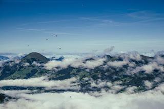 Ballons au-dessus des nuages
