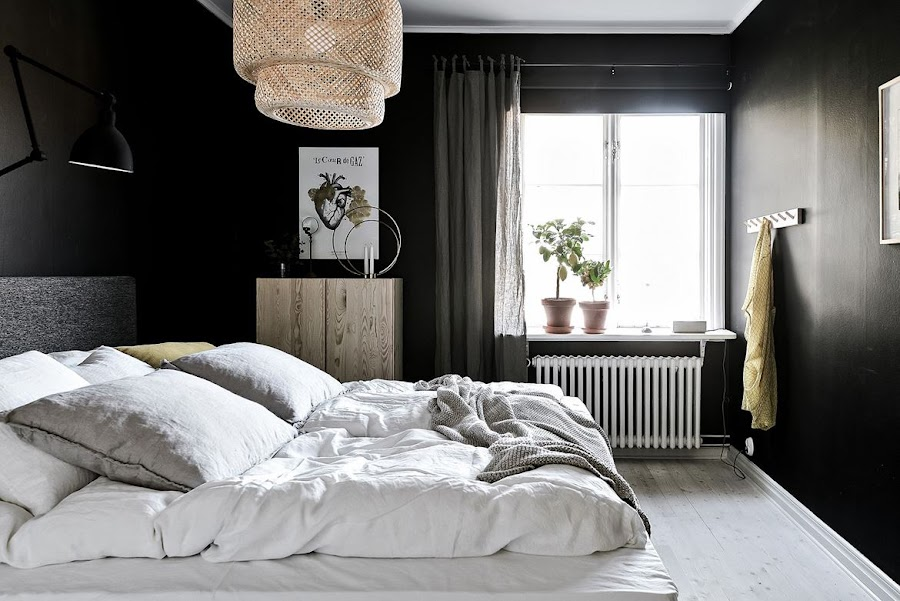 dormitorio negro, dormitorio oscuro, lampara, sinnerlig, ikea, pared negra, lamina, armario, madera,