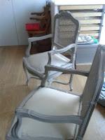 chaises-cannées-patinées-lin-et-blanc
