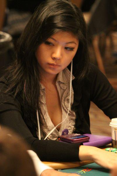 [Gambar] Pemain Poker Wanita Yang Cantik Dan Seksi