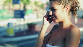 Εσείς περπατάτε όταν μιλάτε στο τηλέφωνο; Δείτε γιατί