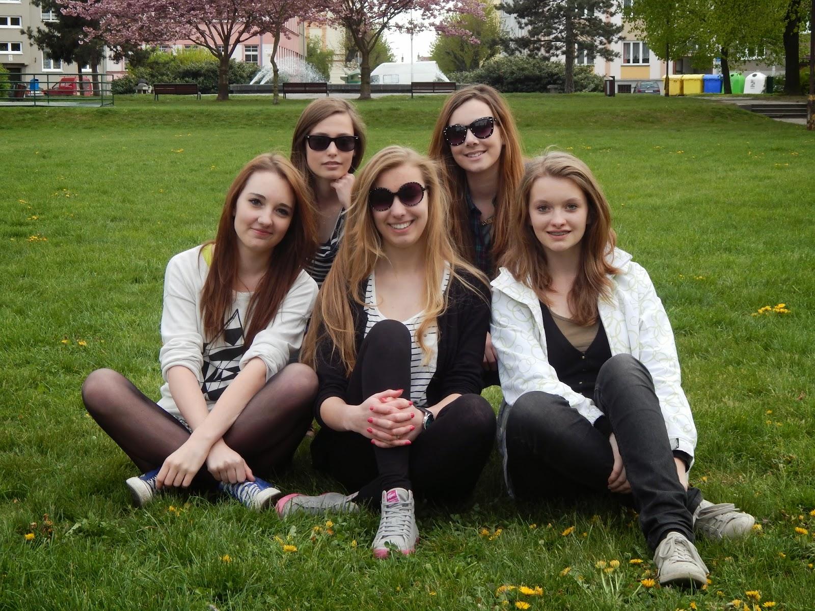 Skupinová fotka v parku