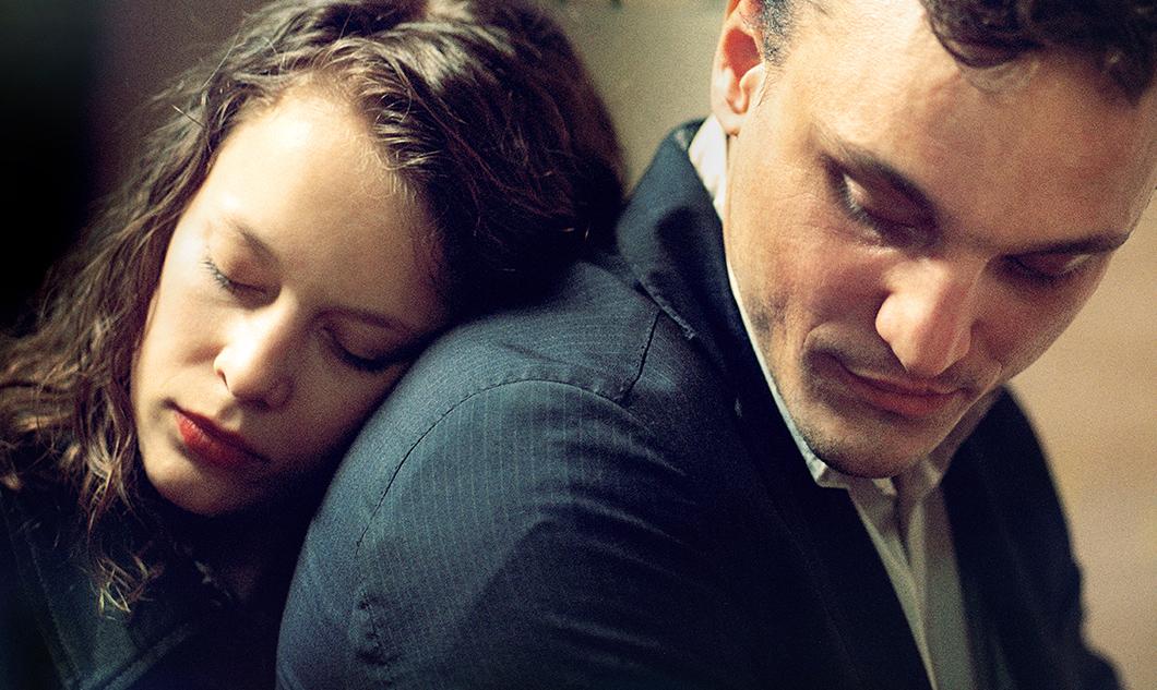 Em Trânsito: baseado no livro de Anna Seghers, filme de Christian Petzold une passado e presente de maneira ousada e arrebatadora | Cinema