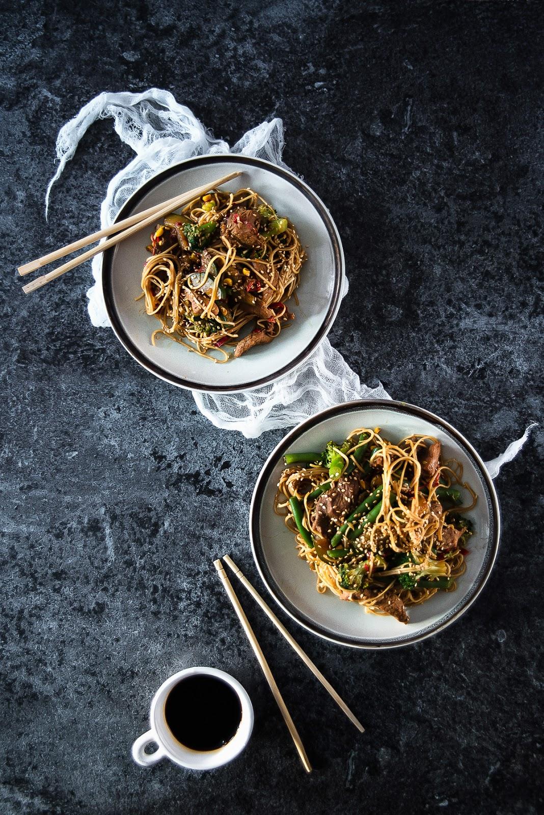 Stir fry - makaron z kurczakiem i warzywami w stylu chińskim