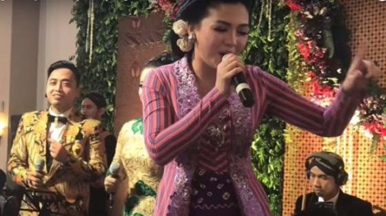 Video: Vicky Shu Jadi Penyanyi di Resepsi Kahiyang-Bobby, Tamu Pun Bergoyang