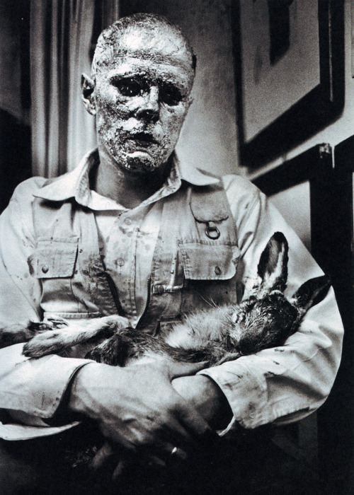 Йозеф Бойс. Как объяснять картины мертвому зайцу