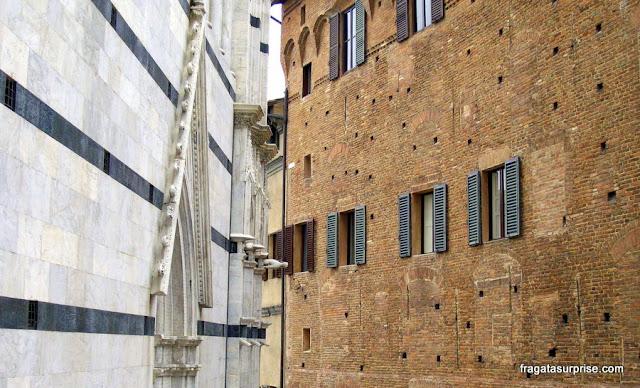 Mármore e tijolos: contrastes de Siena
