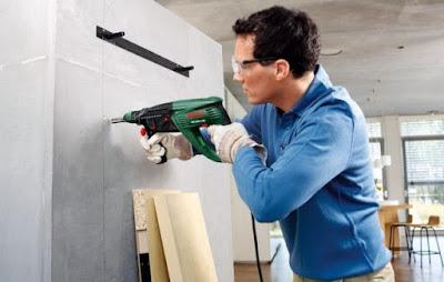 Instalaciones eléctricas residenciales - instalador usando un taladro