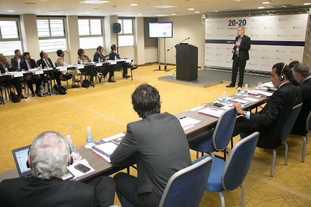 Mesa de debates durante o evento
