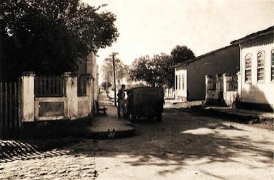 O jipe em frente ao Hotel Brasil. São Mateus, ES, junho de 1950.