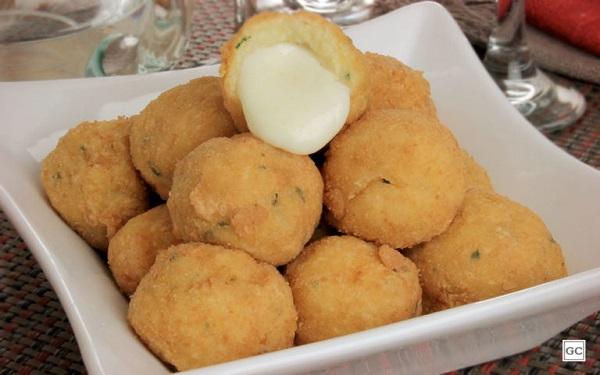 Receita de bolinho de purê com recheio de queijo (Imagem: Reprodução/Guia da Cozinha)