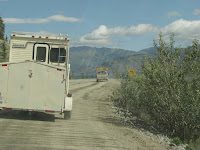 Pilot car - Wegenwerken - Alaska Highway - Kluane Lake.