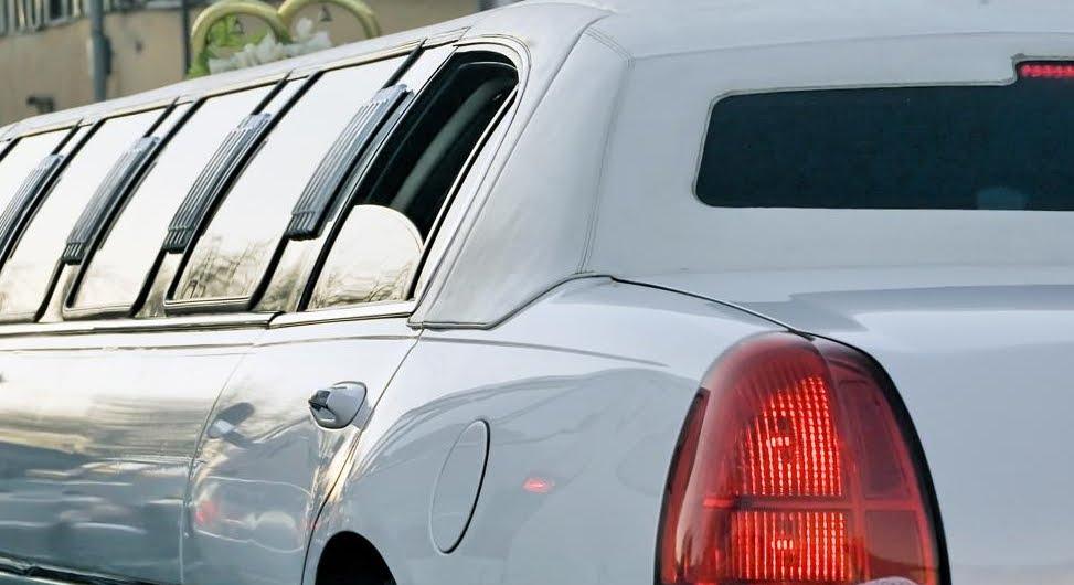 Limousine di matrimonio travolge auto e passanti, 20 morti.