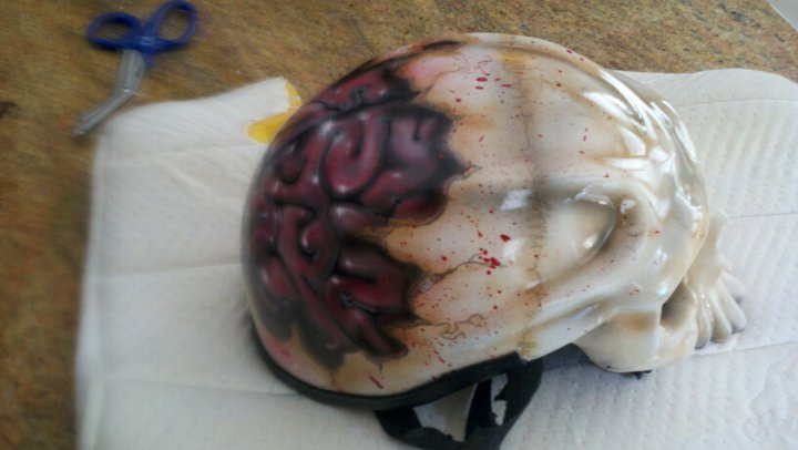 casco con craneo y cerebro de fuera